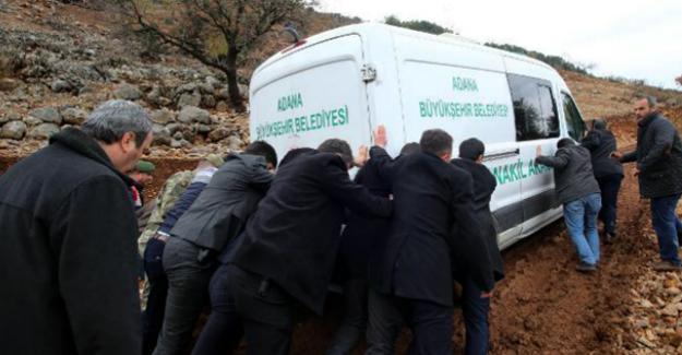 Ölen çocukların köylerinde yol olmayınca cenaze araçları yolda kaldı