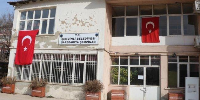 Şemdinli Belediyesi'nin kapısına zincir vuruldu