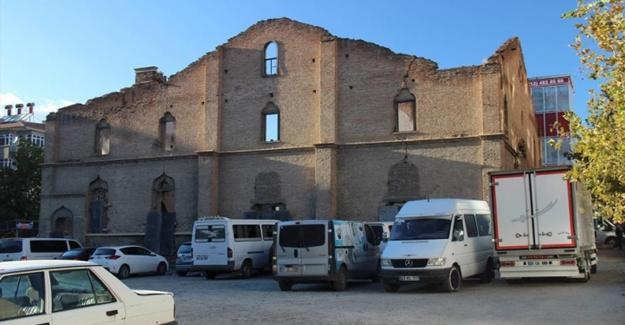 200 yıllık Ermeni Kilisesi otopark oldu!
