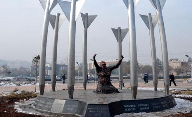 Diyarbakır'daki Roboski Anıtı polisler tarafından kaldırıldı, isimler parçalandı