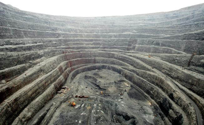Dünyanın en büyük bakır madeninde işçiler grevde