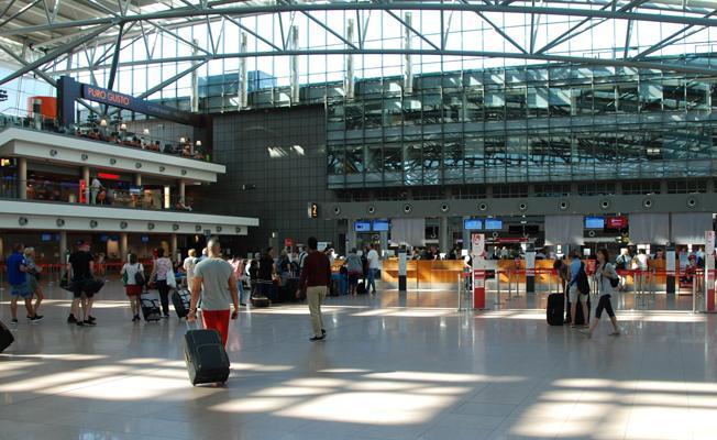 Havalimanında bilinmeyen madde alarmı: Yolcular tahliye edildi