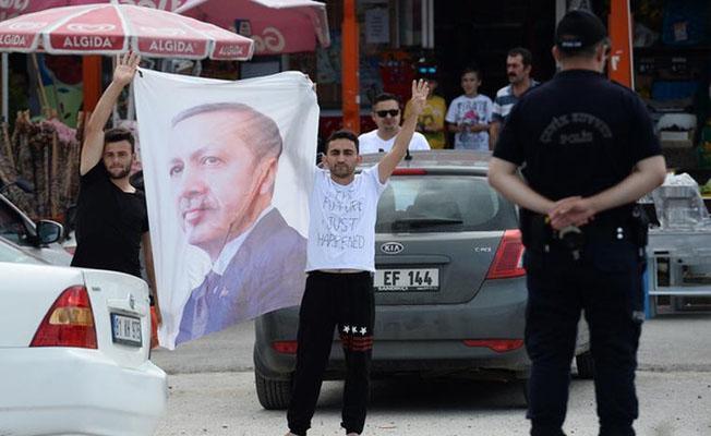 Kılıçdaroğlu'na rabia işaretli, Erdoğan posterli protesto