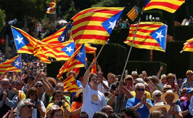 Katalanlar bağımsızlık için sokakta