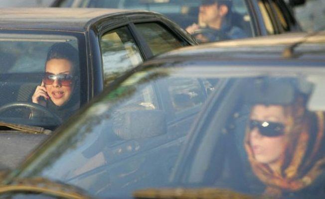 Kadınların arabalarında başörtülerini çıkarmaları İran'da tartışmaya yol açtı