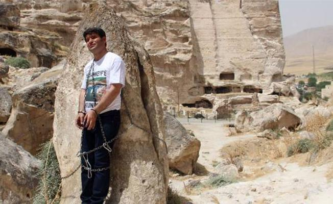 Batman milletvekili kendini Hasankeyf'teki kayalara zincirledi