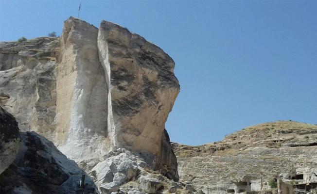 Hasankeyf'te dev kaya kütlesi dinamitle patlatıldı