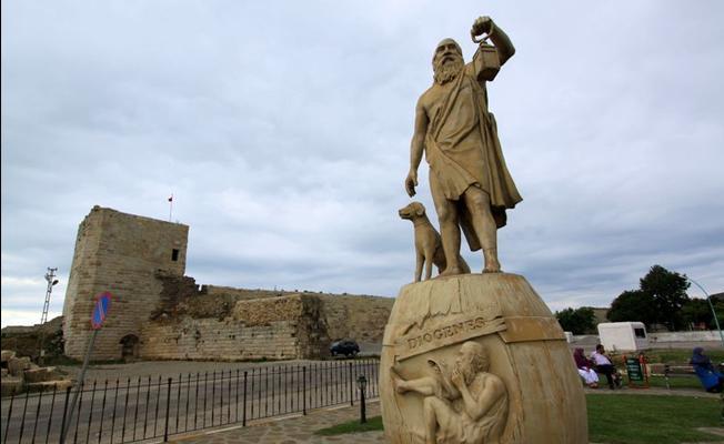 Sinoplu Diyojen heykelini 'Yunanlı' diye kaldırmak istediler