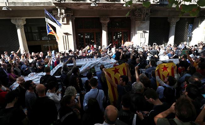 Katalan bakanlıklara referandum baskını: Bakan yardımcısı dahil 12 kişi gözaltında