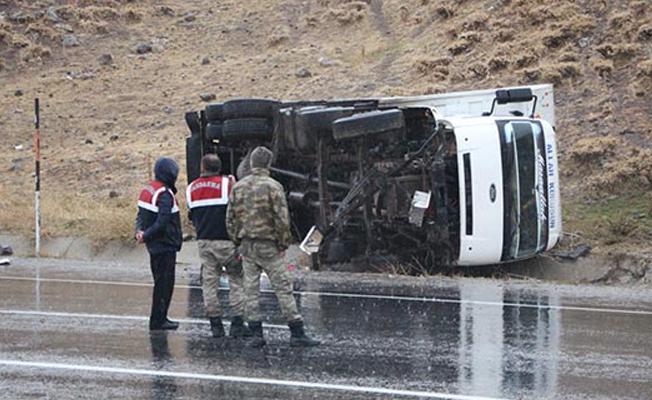 Bingöl'de minübüs şarampole devrildi: 19'u çocuk 23 yaralı