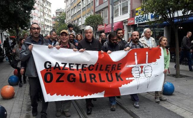 Gazeteciler, tutuklu meslektaşları için el ele yürüdü