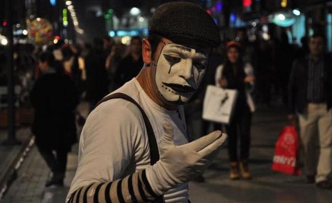Pandomim sanatçısının cezasını belediye başkanı ödeyecek