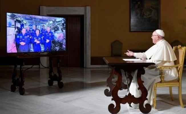 Papa uzaydaki astronotlarla konuştu