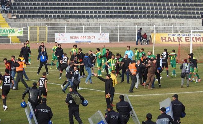 Taraftarlar sahaya inip oyuncuları darp etti