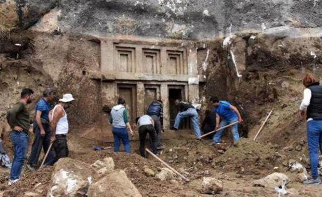 Evinin bahçesinde düzenleme yaparken antik mezar buldu