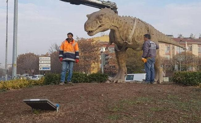 Gökçek'in 10 milyon TL'ye yaptırdığı dinozor maketi kaldırıldı