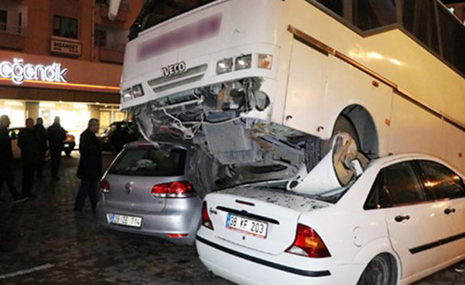 Kayseri'de minibüs, 2 otomobili ezdi