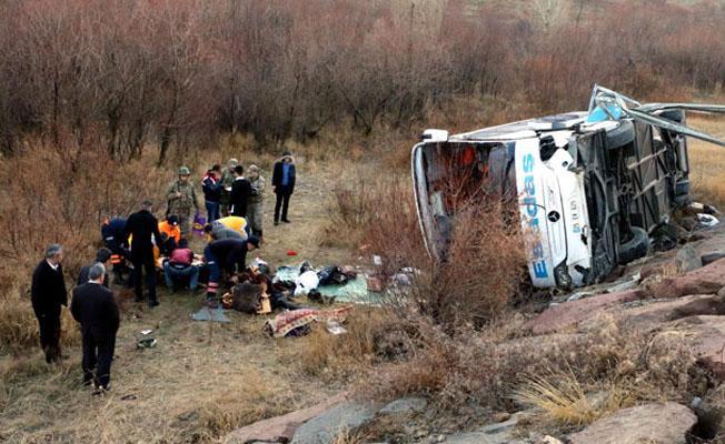 Otobüs şarampole yuvarlandı; çok sayıda yaralı var
