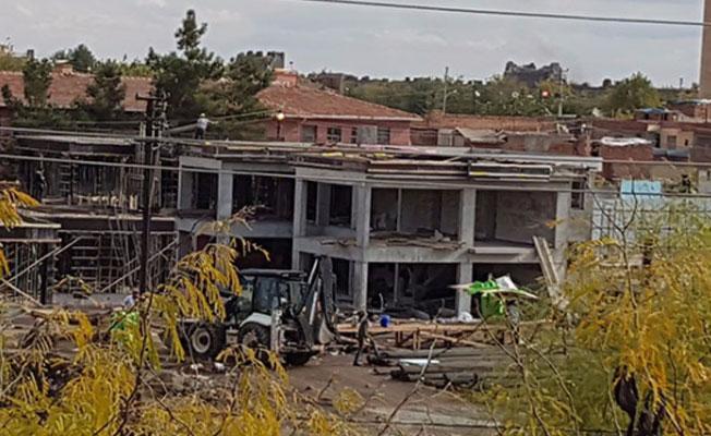 Sur'da tarihi alana beton bina dikmeye başladılar