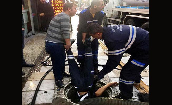 Bodrum'da tıkanan rögara işçilerden 'tehlikeli' müdahale