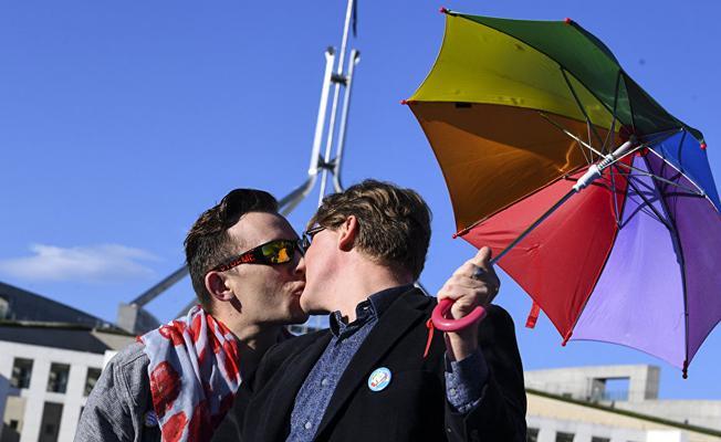 Eşcinsel vekil mecliste sevgilisine evlenme teklif etti