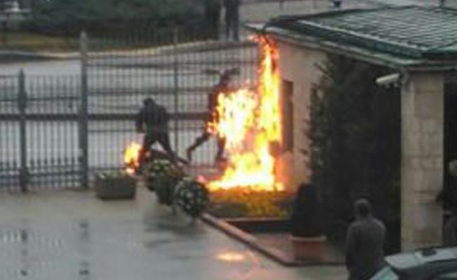 Meclis önünde kendisini yakan işçi: Köpek ölüsü gibi kapıya attılar