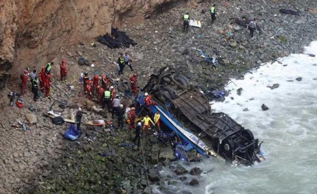 Otobüs uçuruma yuvarlandı: 48 ölü