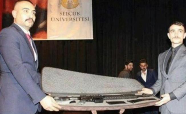 Ülkü Ocakları'nın üniversite etkinliğinde uzun namlulu silah hediye edildi