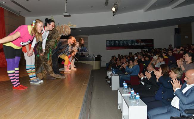 """Savaş karşıtı tiyatro oyunu """"Çevreci Afacanlar"""" meclise taşındı"""