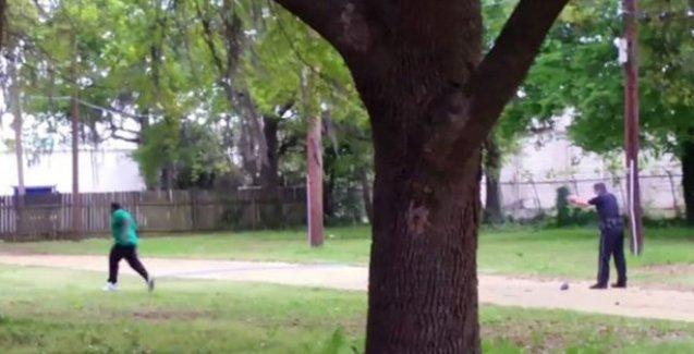 ABD polisi yine silahsız olan bir siyahı vurdu: Bu kez arkasından 8 kurşunla