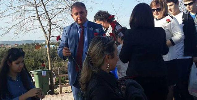 Abdullah Konak Dünya Kadınlar günü nedeniyle karanfil dağıttı