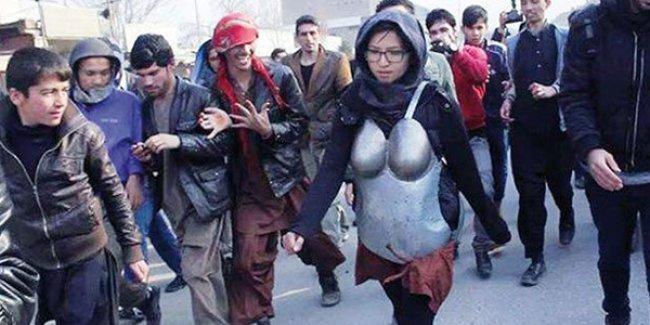 Afganistan'da bir kadın cinsel tacizi protesto etmek için zırh giyindi