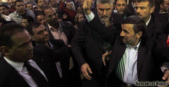 Ahmedinejad'a ayakkabılı protesto