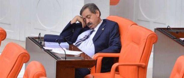 AK Partili vekil Meclis'te uyuklarken görüntülendi