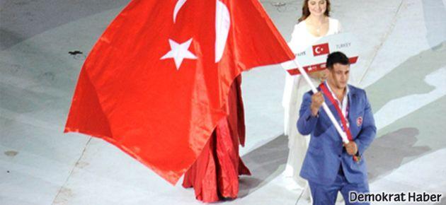 Akdeniz oyunlarında bayrak taşıyan ırkçı sporcu