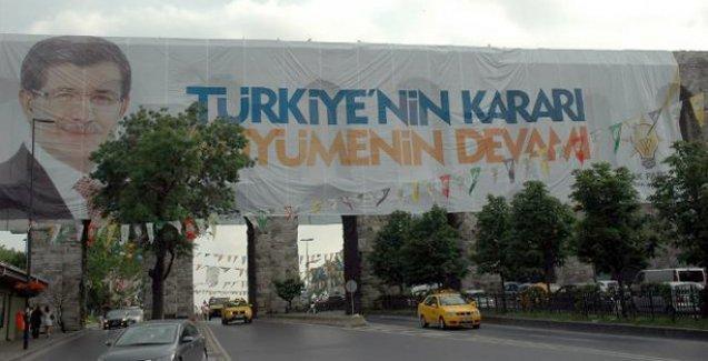 AKP tarihi mirasa böyle sahip çıktı: 1600 yıllık tarihi kemere pankart çiviledi