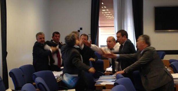 AKP ve CHP'li vekiller arasında yumruklu kavga