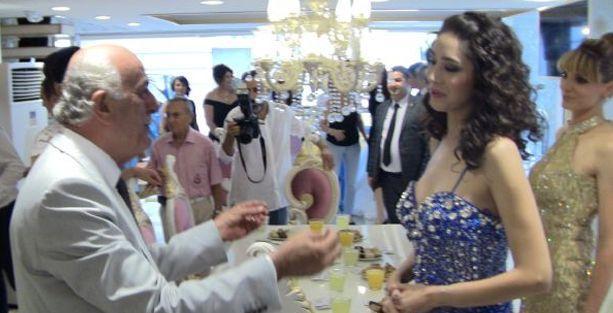 AKP'li başkan Dingil, mankenleri vitrin mankeni zannetti