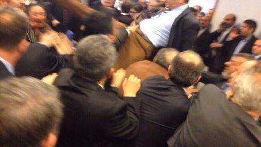 AKP'li vekilden Meclis'te uçan tekme