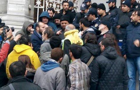 Alacaklarının ödenmesini isteyen inşaat işçilerine polis saldırdı