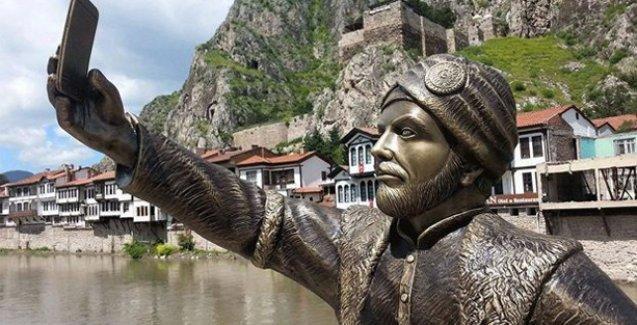 Amasya'da selfie çeken şehzade heykeli şaşkınlık yarattı