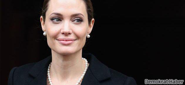 Angelina Jolie göğüslerini aldırdı