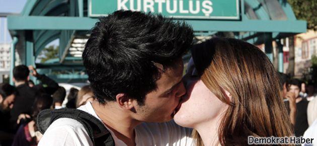 Ankara'daki öpüşme eylemine satırlı saldırı