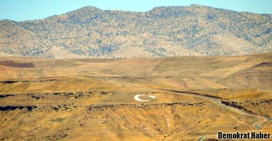 Askerler Cudi'ye dev Türk bayrağı yaptı
