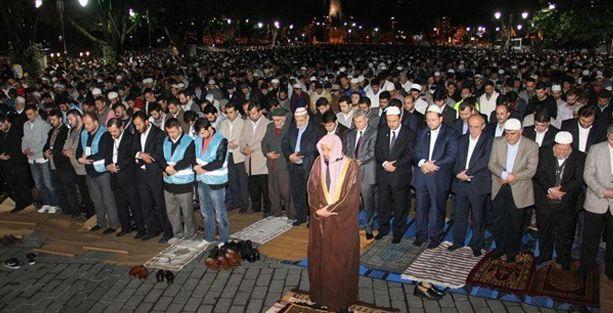 Ayasofya Meydanı'nda namaz kıldılar