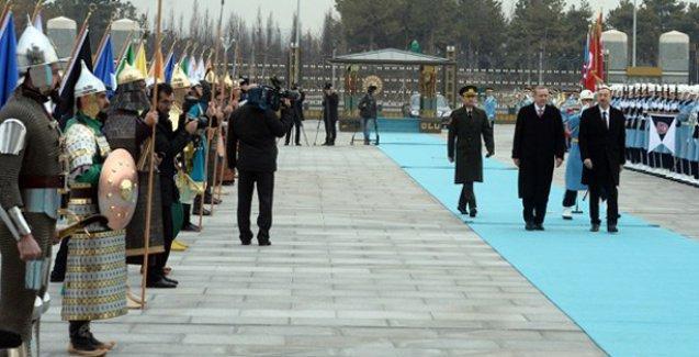 Aynı sahne, bu kez dışarıda: Aliyev'i karşıladılar