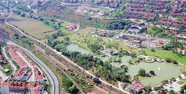 Bahçeşehir'in ender yeşil alanlarından olan gölet satılıyor