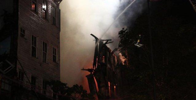 Balat'ta yangın: Ahşap bina kül oldu