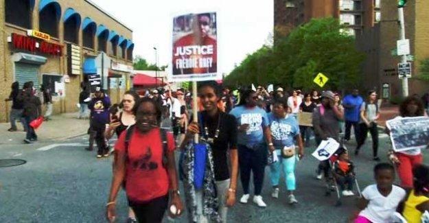 Baltimore halkı polislerin cinayetle yargılanma kararını kutluyor