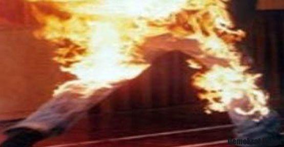 Başbakanlık önünde bir kişi kendini yaktı